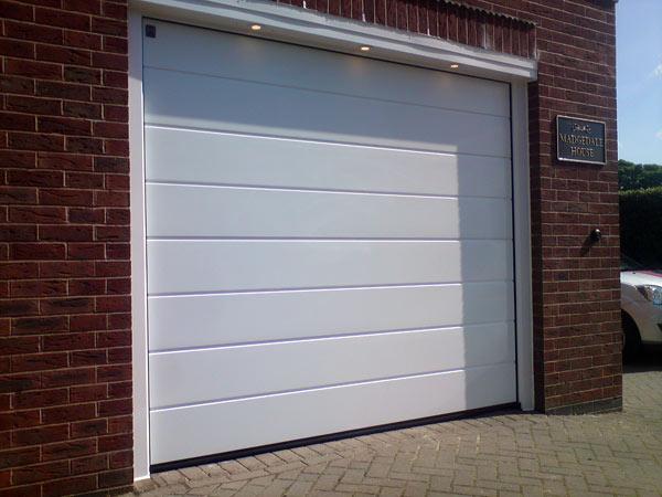 Portone-sezionale-per-garage-suzzara
